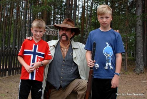 16. Deadwood City Jorgen og Kristian sammen med sheriffen Foto Jan Arne Dammen(15)